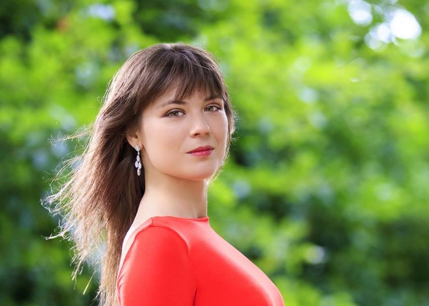 アンナ・フェドロヴァ オレンジドレス