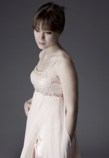 アンナ・フェソロヴァ 白ドレス